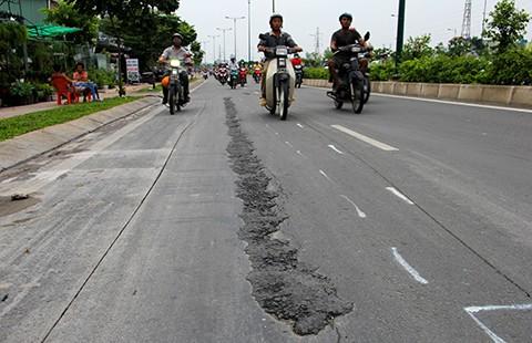 'Vỉa hè nhà dân 'đè' nứt đường Phạm Văn Đồng' (?!)