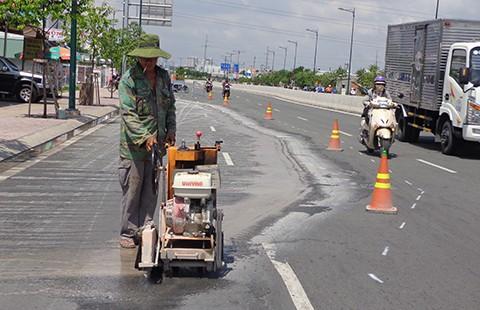 Khó hiểu vỉa hè 'đè' nứt đường Phạm Văn Đồng