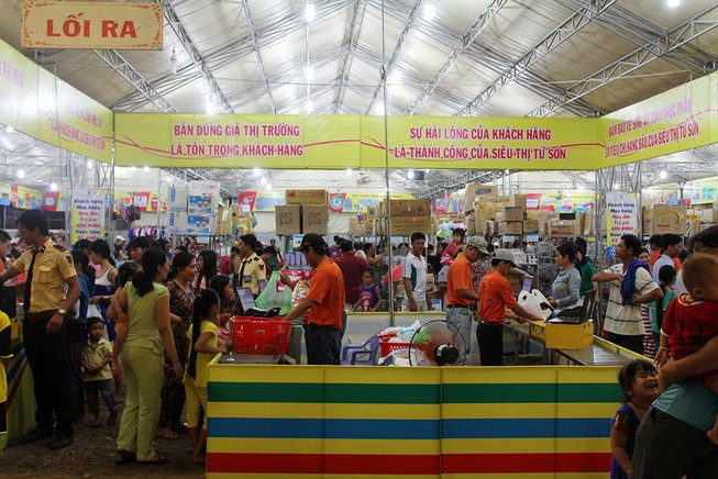 Hàng loạt mặt hàng giảm giá tại chợ hàng Việt 2016