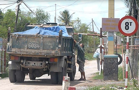 Dân tự chặn đường thu phí xe quá tải