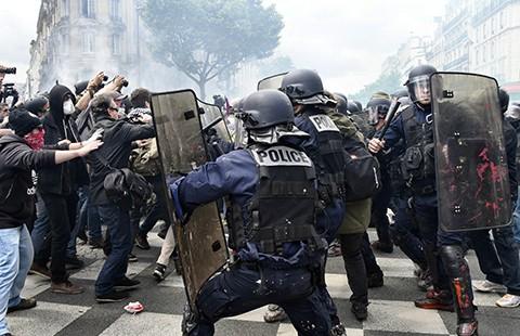 Hàng trăm người biểu tình đập phá tại Paris