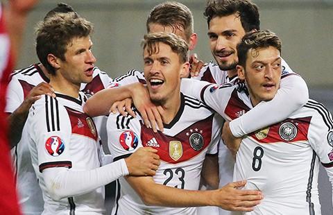 'Ý gây ấn tượng mạnh, Đức sáng cửa vô địch'