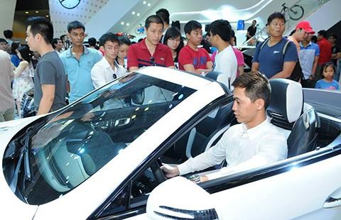 Người Việt xếp hàng chờ mua xe sang