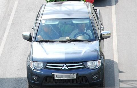 Ngồi ghế sau ô tô cũng phải thắt dây an toàn