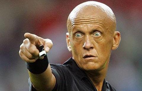 'Vua' Collina yêu cầu thẻ vàng thủ môn bước lên chấm 11 m chơi đòn tâm lý
