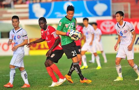 Vòng 15 Toyota V-League: Nghèo còn gặp eo