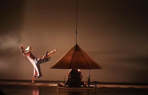 Nón - múa đương đại trên nền nhạc dân tộc