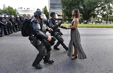 Bức ảnh biểu tượng cho biểu tình phản đối cảnh sát bắn người