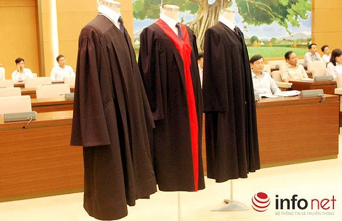 Thẩm phán mặc áo choàng khi xử: Trang nghiêm hơn!