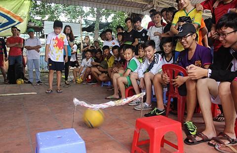 Dùng bóng đá xóa chửi thề của trẻ đường phố