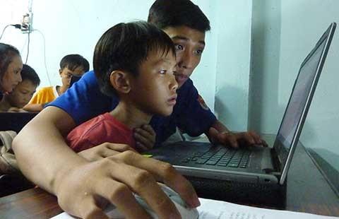 Lính biên phòng dạy lễ nghĩa cho trẻ nhập cư