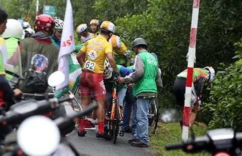 Đường trơn, nhiều tay đua gặp sự cố