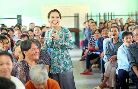Nghệ sĩ Việt Hương đến với 300 người già neo đơn
