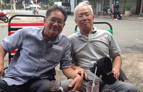 Trần Vịnh và Nguyễn Văn Vinh bên sân bóng