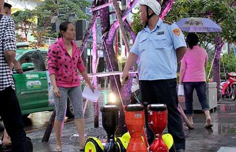Dẹp loạn 'xe điện' ở phố đi bộ Nguyễn Huệ