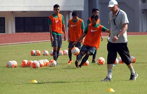 HLV Riedl gọi thêm ba cầu thủ ở nước ngoài về thi đấu trận Indonesia - Malaysia