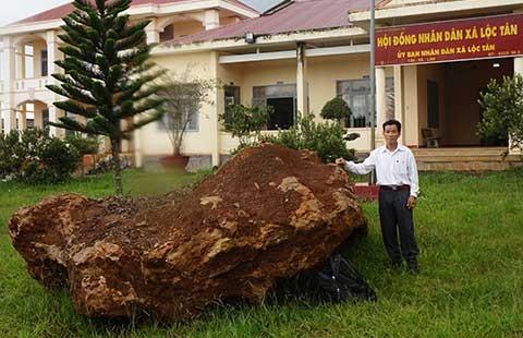 Tạm giữ tảng đá quý nặng khoảng 20 tấn