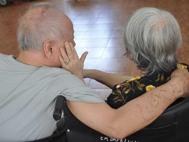 Cha mẹ già xin con vào ở viện dưỡng lão