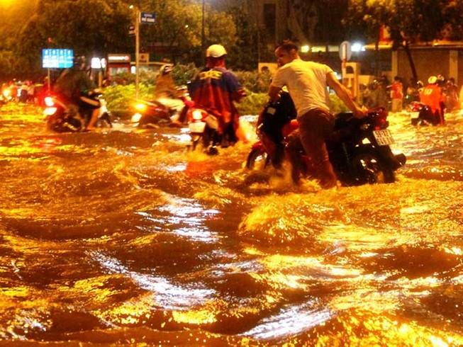 Mưa cực to, người Sài Gòn vật vã trong biển nước