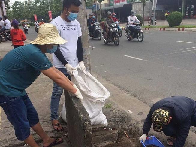 Những người trẻ nhặt rác không công