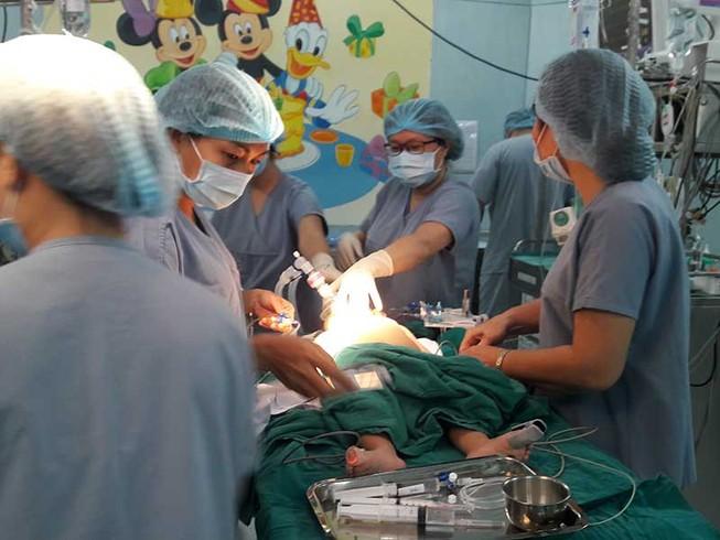 Ca ghép gan sinh tử cho bé trai 13 tháng tuổi