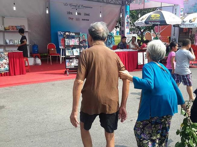 Hai người già ở hội sách