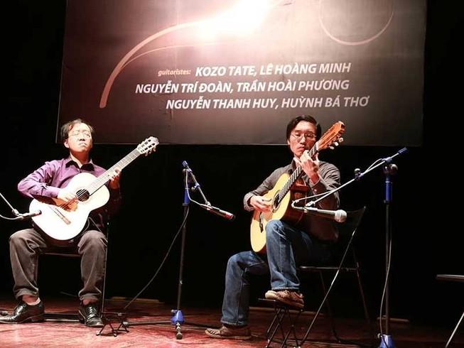 Cây đàn được tặng của nghệ sĩ Huỳnh Bá Thơ