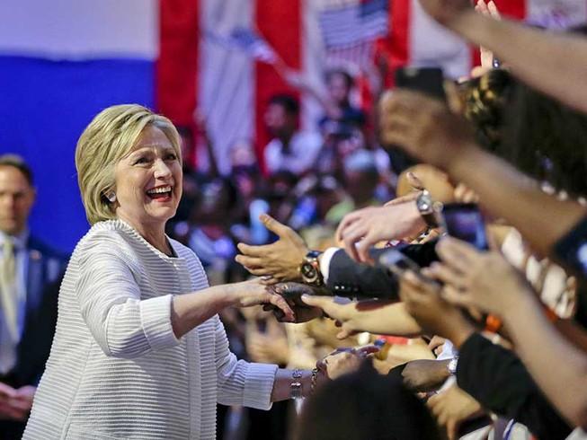 Tăng tốc đến Nhà Trắng: Những át chủ bài của bà Clinton