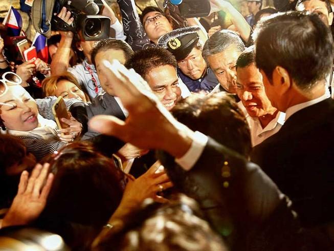 Duterte vừa đến Nhật đã chỉ trích Mỹ