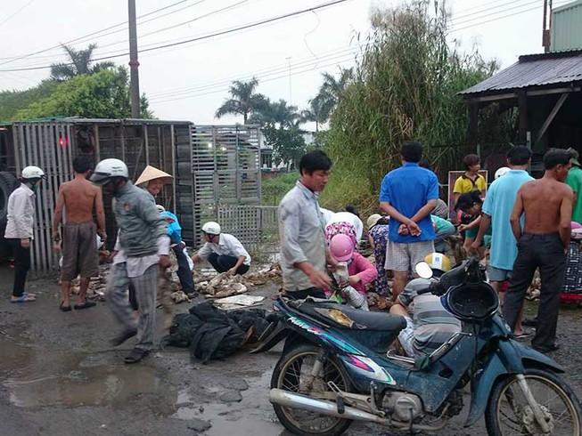 Cứu xe vịt bị lật: Nghĩ về 'thủ lĩnh' đám đông