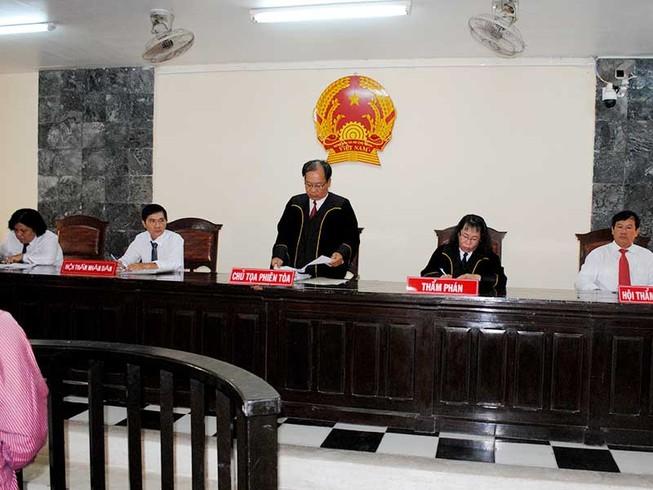 Nên cho hội thẩm mặc áo thụng khi xét xử