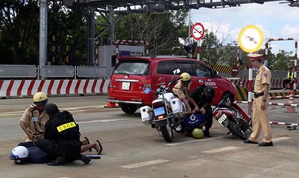 Cảnh sát giao thông truy bắt kẻ cướp giật điện thoại