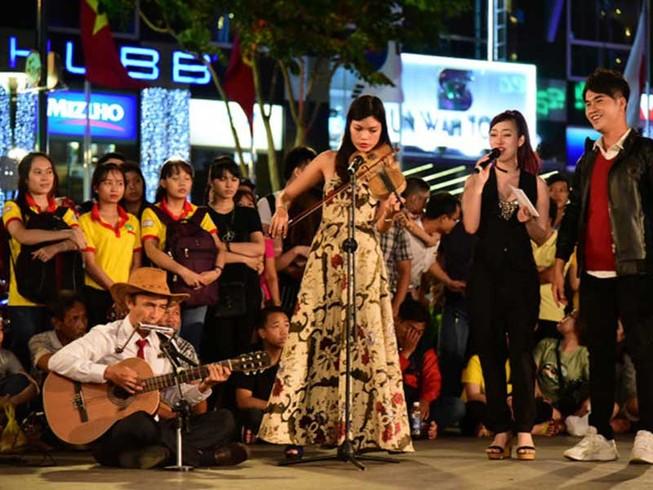 Phố đi bộ Nguyễn Huệ tưng bừng trong đêm 9-1