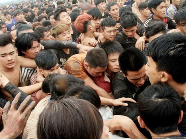 Hàng trăm người giẫm đạp nhau để cướp phết Hiền Quan