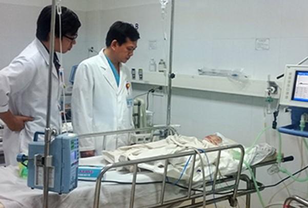 Bé trai 14 tháng tuổi rơi từ lầu 5 nguy kịch