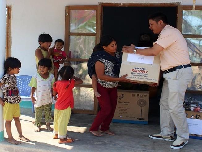 Gia đình 'người rừng' Srín về nhà mới