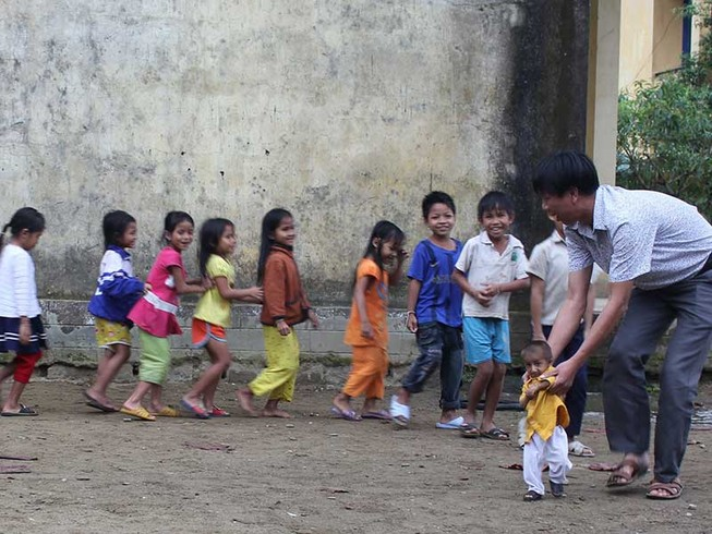 Quảng Ngãi: Thầy giáo 'liều'  đưa học sinh đi nội trú