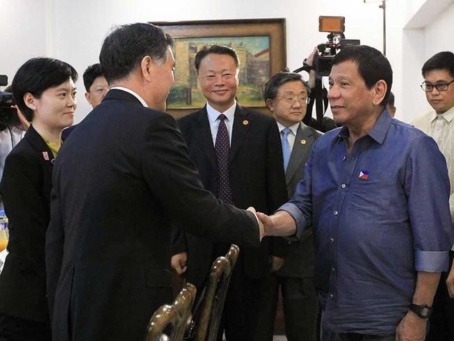 Philippines vừa đối phó vừa làm ăn