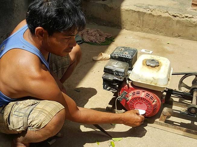 Thêm một xã tráo máy phát cho dân nghèo