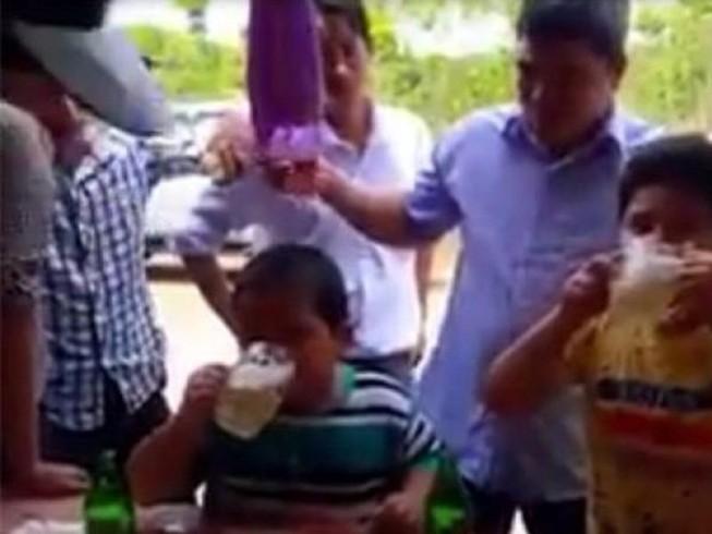 Cho trẻ em uống rượu bia, coi chừng bị phạt