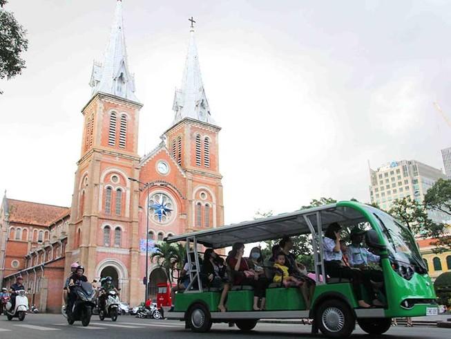 Ngắm thành phố bằng xe điện du lịch