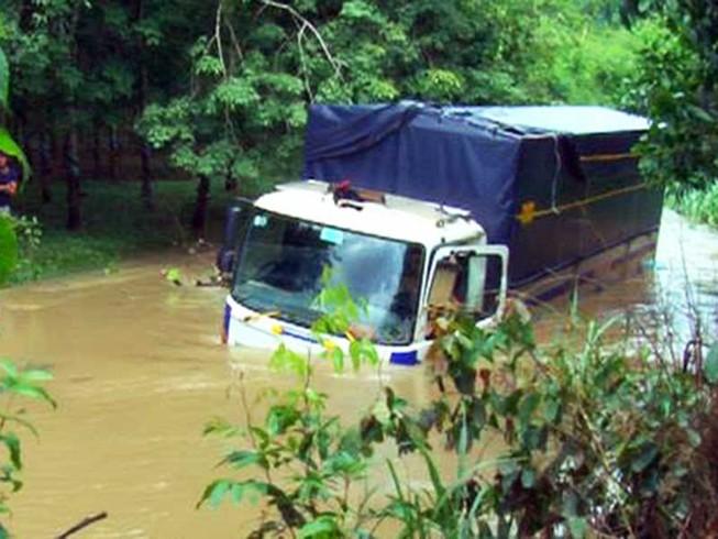 9 người kẹt trong ô tô bị lũ cuốn ở Đồng Nai
