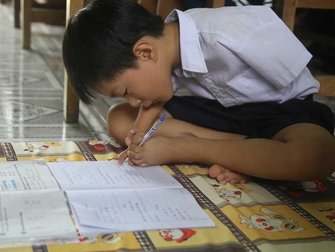 Cậu bé viết bằng chân mơ xây nhà cho mẹ