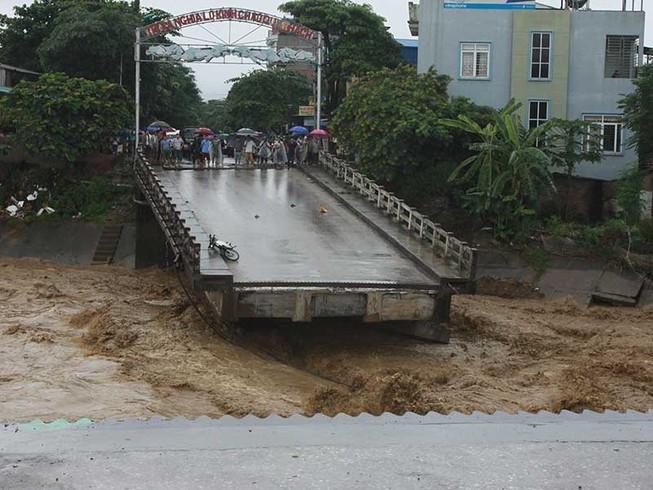 Hơn 40 người chết và mất tích do mưa lũ