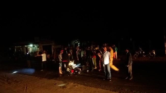 Người dân hốt hoảng sau cú tông mãnh liệt của hai chiếc xe máy