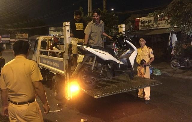 Hai xe máy đối đầu, hai người bị thương nặng