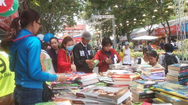 Đông đảo độc giả đến hội sách trong ngày khai trương