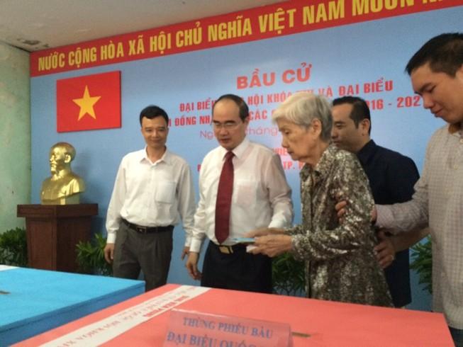 Ông Nguyễn Thiện Nhân đưa mẹ đi bỏ phiếu