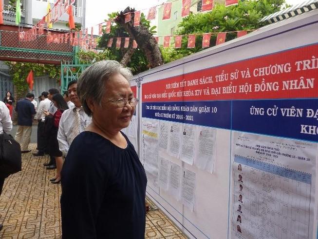 Cụ bà 75 tuổi háo hức đi bầu cử từ sớm