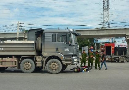 Vượt đèn đỏ, người đàn ông tử vong dưới bánh xe tải